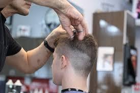 Cómo encontrar cortes de pelo para hombres baratos